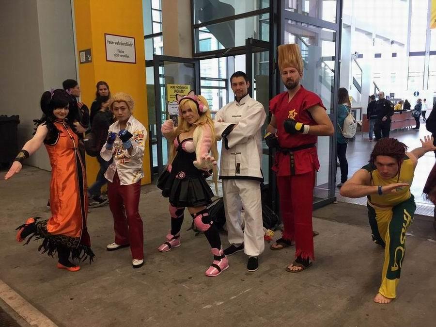 comic-con-berlin-2016-gruppe-von-cosplayern-im-eingangsbereich-der-messe-berlin