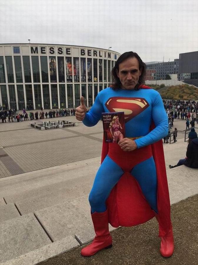 comic-con-berlin-2016-superman-darsteller-mit-comicladies-band-1-geschichten-aus-der-erotikwelt-vor-der-messe-berlin